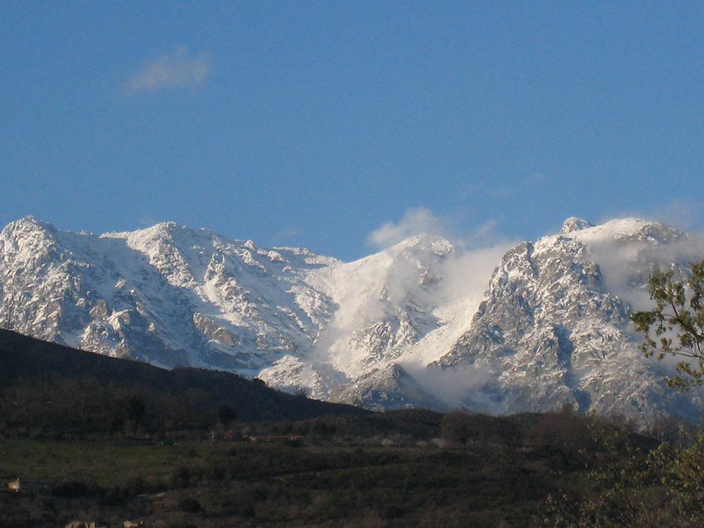 Figura 1. El macizo de Gredos nevado en Abril 2007