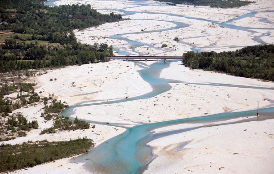 Río Tagliamento a su paso por Carpacco (Udine, Italia)
