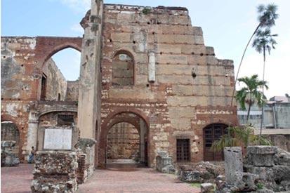 Figuras 1 y 2. La calle Padre Billini y la iglesia de los Dominicos y ruinas del Hospital de San Felipe Neri
