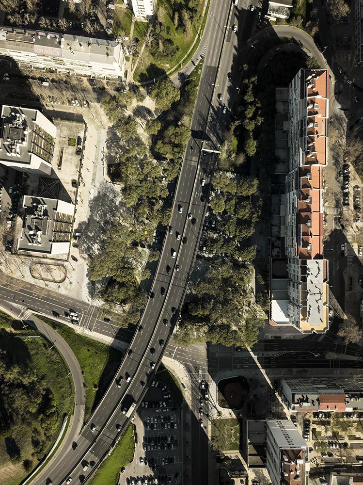 Figuras 3 y 4. Vista aérea del área de intervención FG+SG © (izquierda) y área bajo la Segunda Circular antes de la intervención, Hugo Santos Silva © (derecha)
