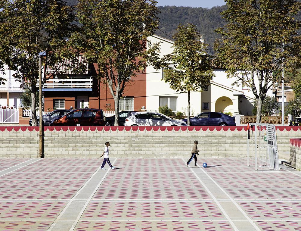 Figura 6: Jugando al fútbol sobre el pavimento coloreado. Autor: Roger Serrat-Calvó