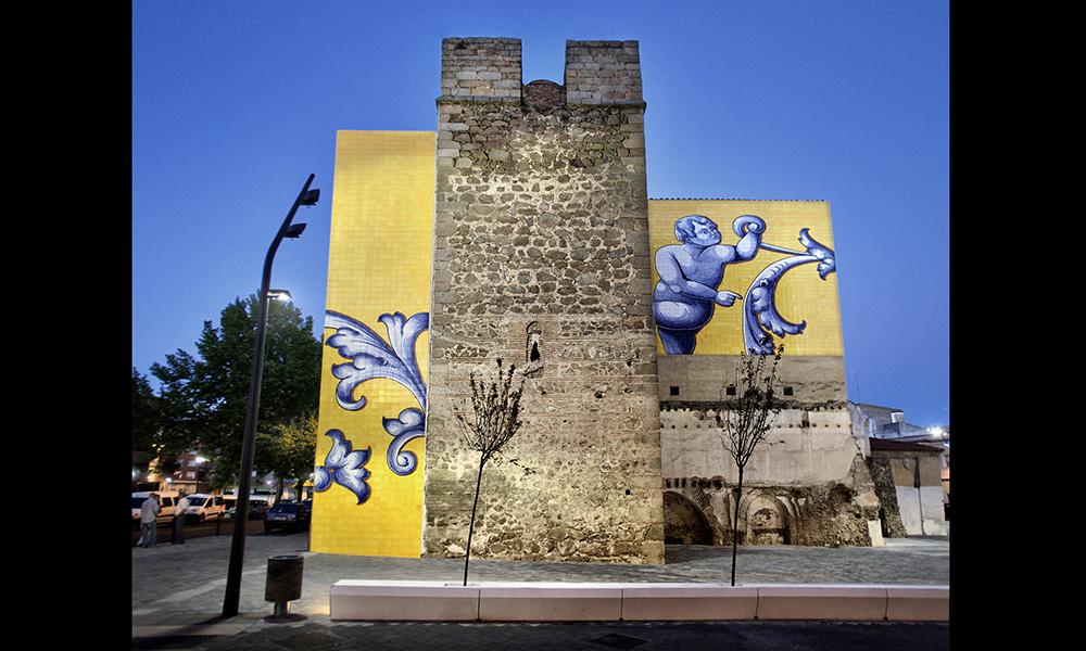 Figura 15: Plaza de San Miguel. Nuevos bancos haciendo barrera para la zona peatonal de la rodada, orientados para observar los restos históricos y los nuevos murales.