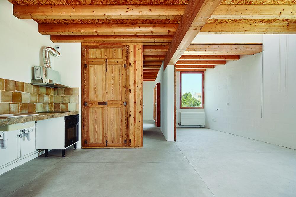 Figura 15: Tipología P1. Pavimento de cal hidráulica, techo de madera y lucernario.
