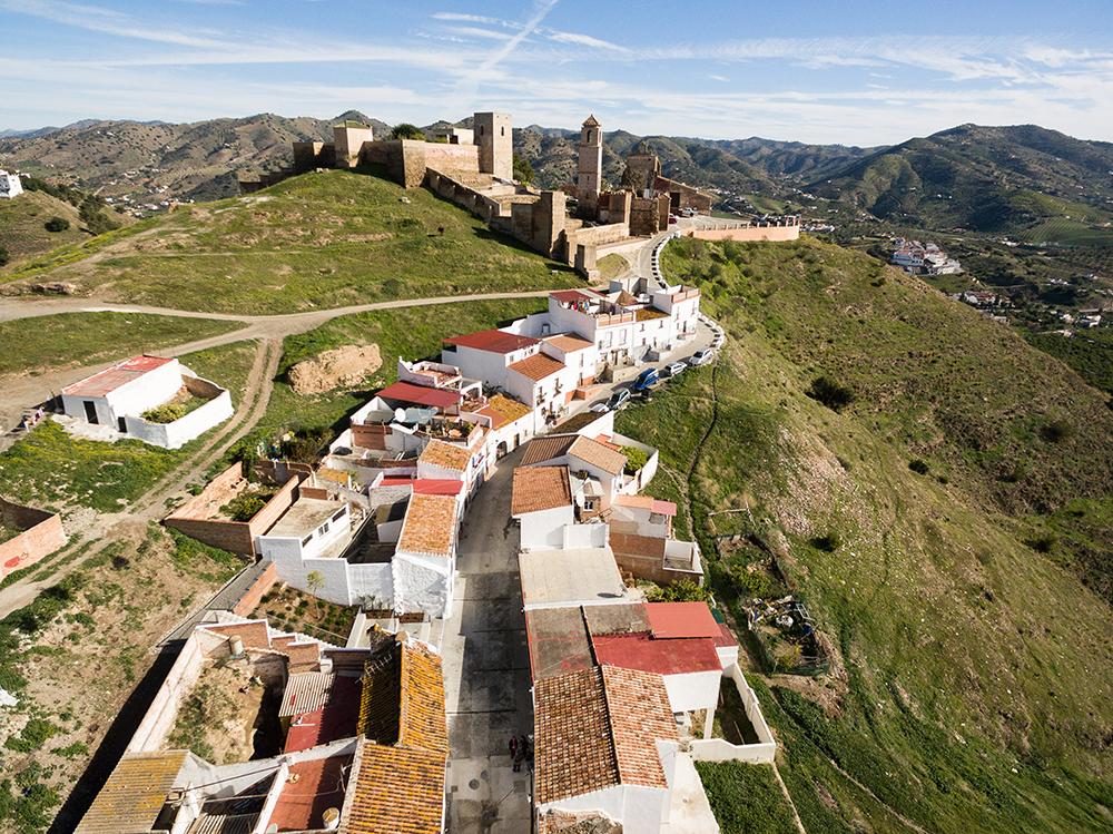 Figuras 11 y 11'. Proyecto realizado. Vistas aéreas. Hacia el Castillo y hacia la Plaza de la Despedía.