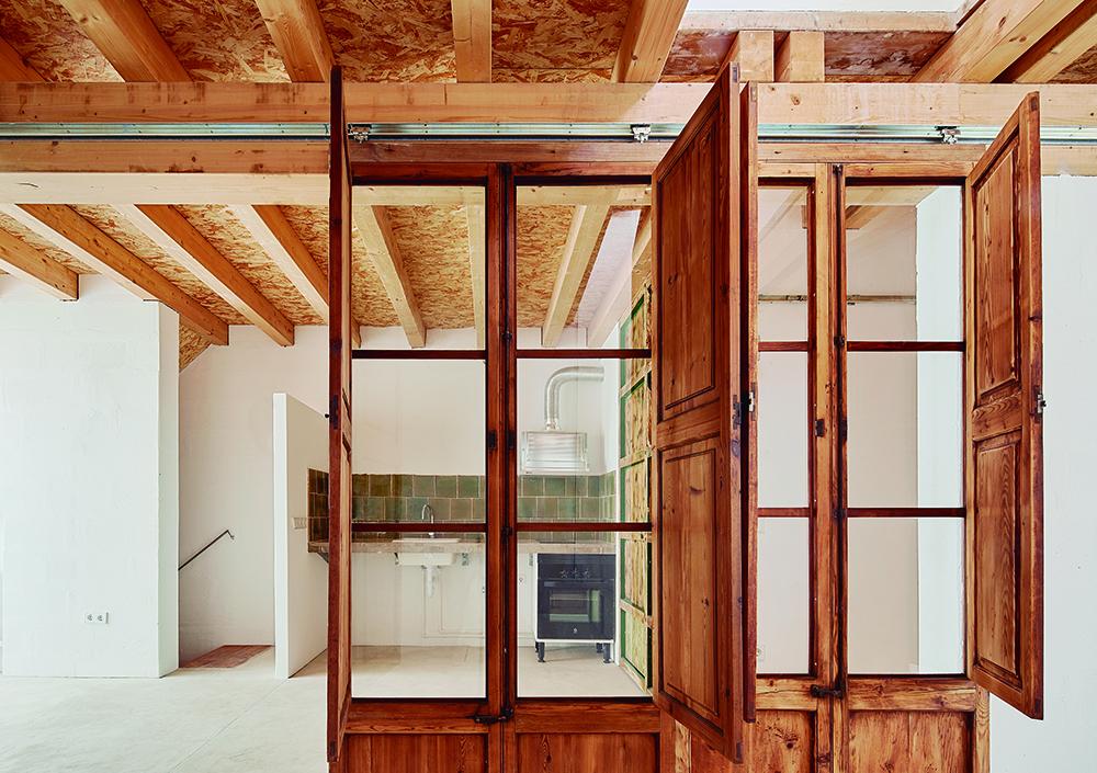 Figura 16: Puertas reutilizadas separan estar y cocina.