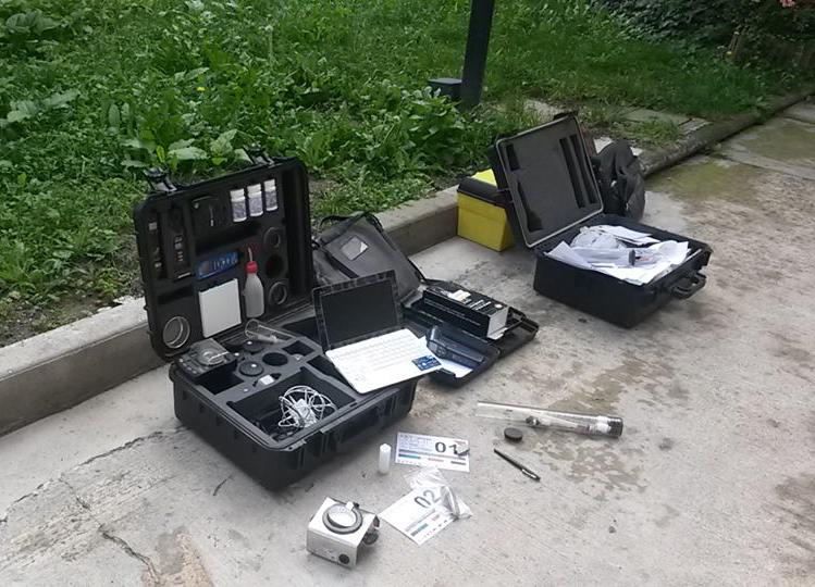 Figura 18. Kits portátiles de diagnóstico (izquierda), y muestras tomadas en los edificios residenciales (derecha)