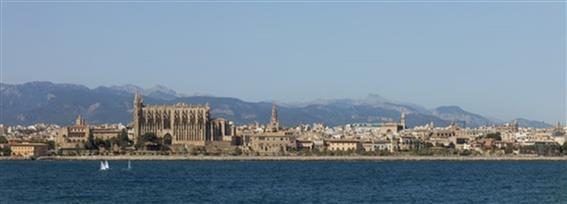 Figura 1. Fachada marítima de la ciudad antigua de Palma.