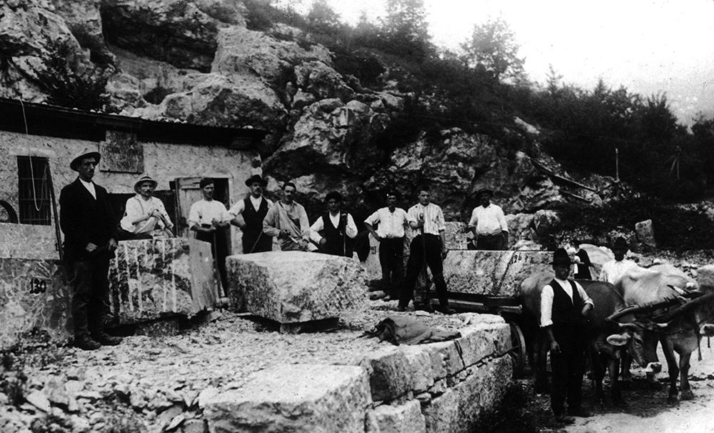 Figura 1. Fotografía histórica, principios del siglo XX. Al fondo, el espacio original usado como taller. En primer plano, bloques de mármol de Arzo cincelados.