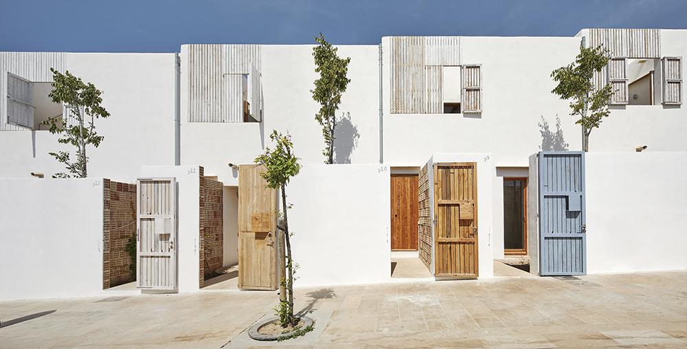 Figura 1 : Fachada C/Salou del edificio prototipo Reusing Posidonia. Acceso peatonal a las viviendas a través de patios privados.