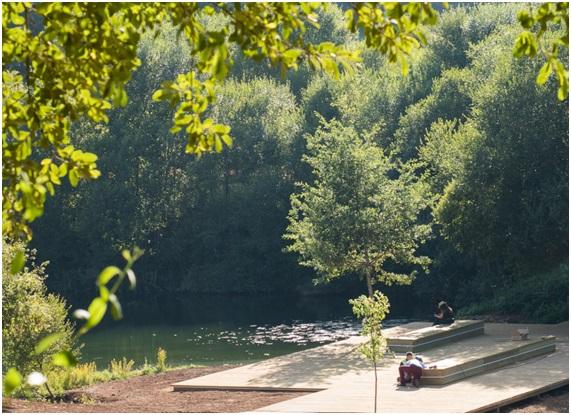 Figura 23. Plataforma/lago. Parque do Lago. Foto: Isabel Aguirre.