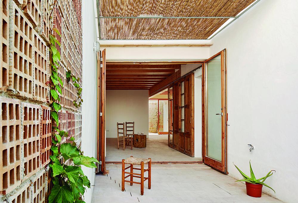 Figura 23: Patio interior en planta baja. Ventanas 100% abiertas para aumentar el caudal de aire de la ventilación cruzada.