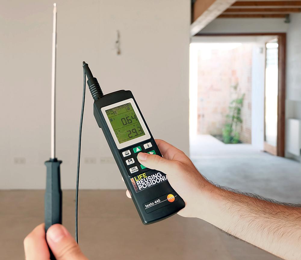 Figura 26: Medición de la velocidad del viento en el interior de las viviendas con un anemómetro de hilo caliente.