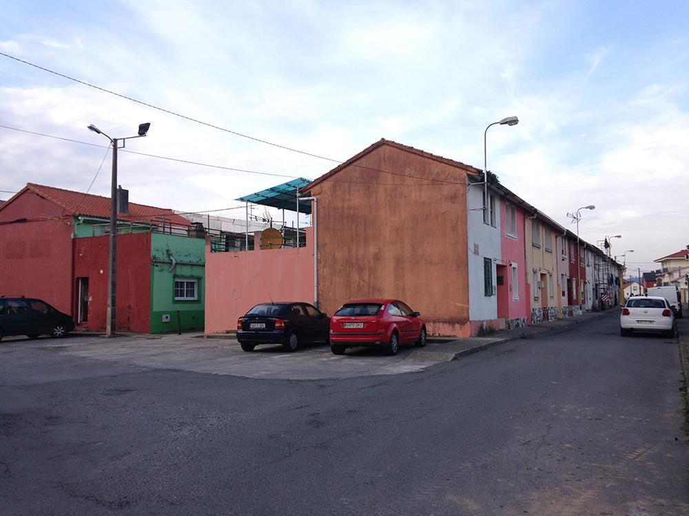 Figura 2. Imagen de la manzana principal monopolizada por los vehículos. Fuente: Martín Insua Calvo + José Barreiro Carreño (arquitectos)