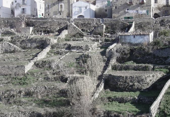 Figuras 2 y 3. Conformación de los huertos sarracenos a lo largo del valle (a la izquierda) y recorrido de subida de los huertos sarracenos en Tricarico (derecha)