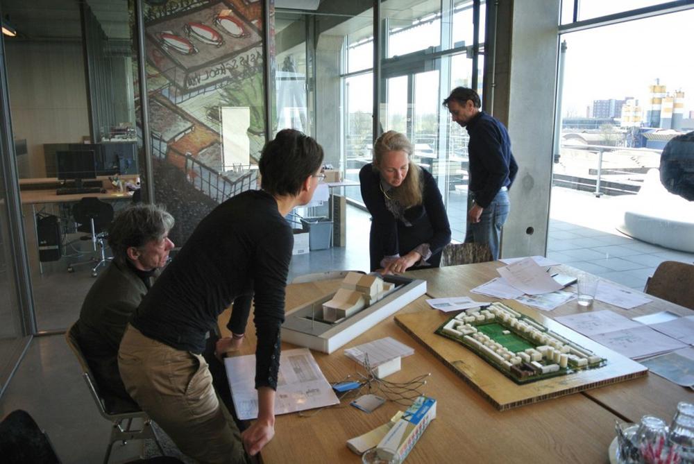 Figuras 38 y 39. La supervisora Marlies Rohmer trabajando en su oficina y talleres con los promotores y el Ayuntamiento de Ámsterdam en el estudio de Rohmer. Fotos: Martijn van den Dobbelsteen.