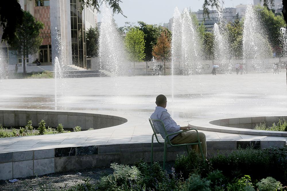 Figura 3. Nuevas fuentes de la plaza. Fotografía: © Blerta Kambo