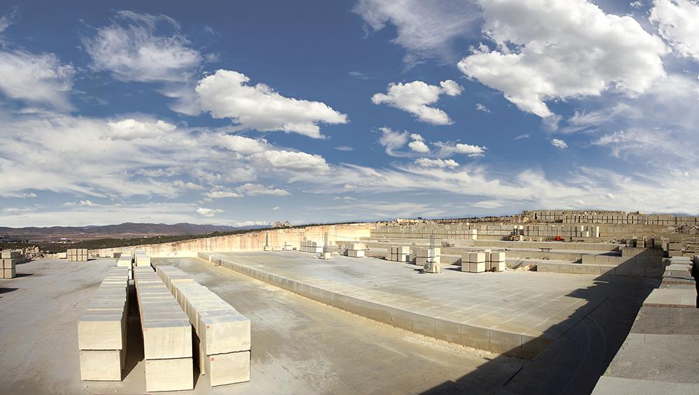 Figura 3. Frente Noroeste. Foto- grafía tomada desde el lado Suroeste del vaso de cantera.