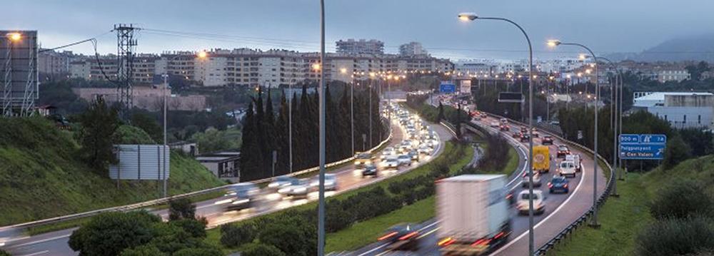 Figura 4. Anillo de coches que rodea la ciudad como una segunda muralla.