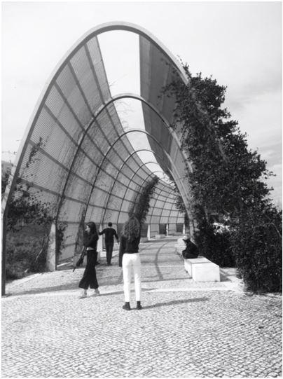 Figuras 5 y 6. A la izquierda, pérgola, 2017. Foto: Alain Dressou. A la derecha, el lago y la cafetería, 2011. Foto: Isabel Aguirre.