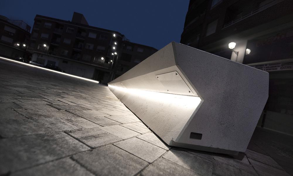 Figura 5: Detalle del banco de hormigón blanco diseñado para la plaza.