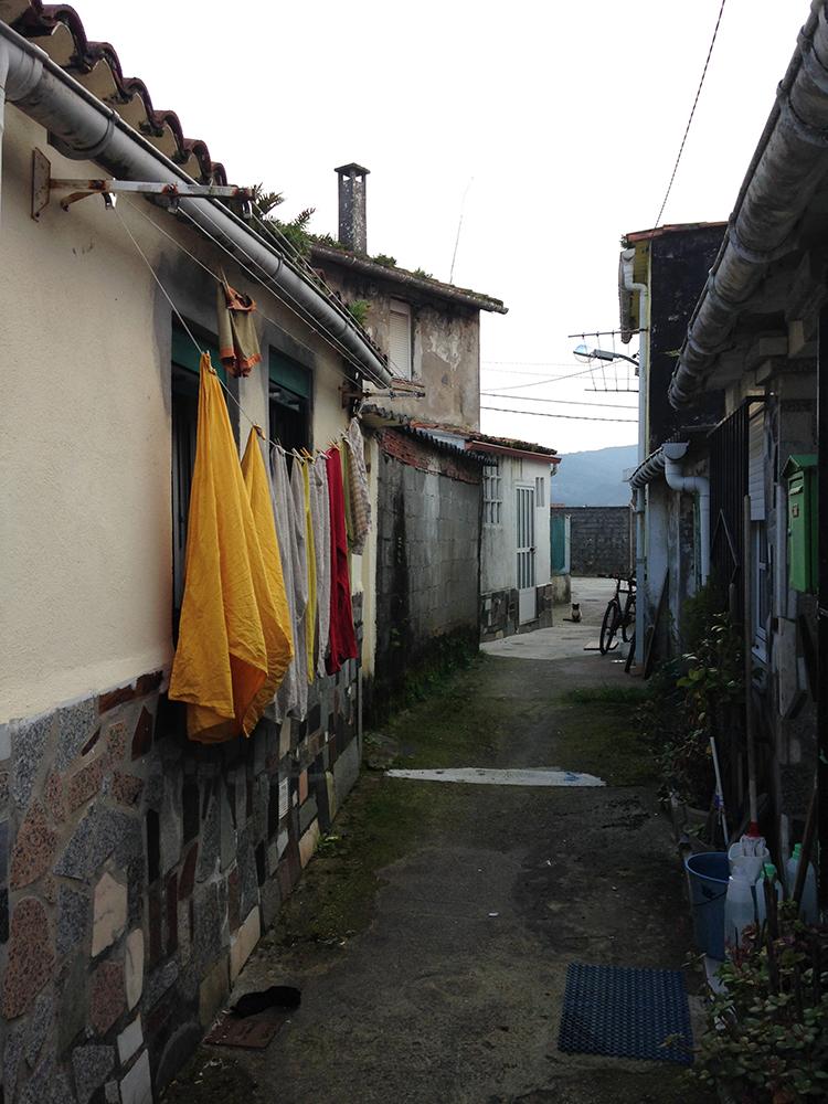 Figuras 6 y 7. A la izquierda, imagen de los patios de viviendas donde se desarrollaba la vida privada del barrio. A la derecha, imagen de un testero de manzana y del patio de viviendas. Fuente: Martín InsuaCalvo + José Barreiro Carreño (arquitectos)