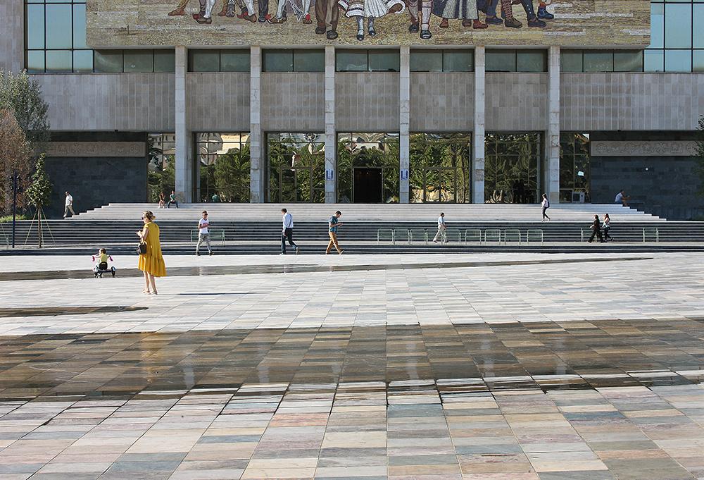Figura 6. Acceso principal del Museo Histórico Nacional desde la plaza. Fotografía: © Filip Dujardin.