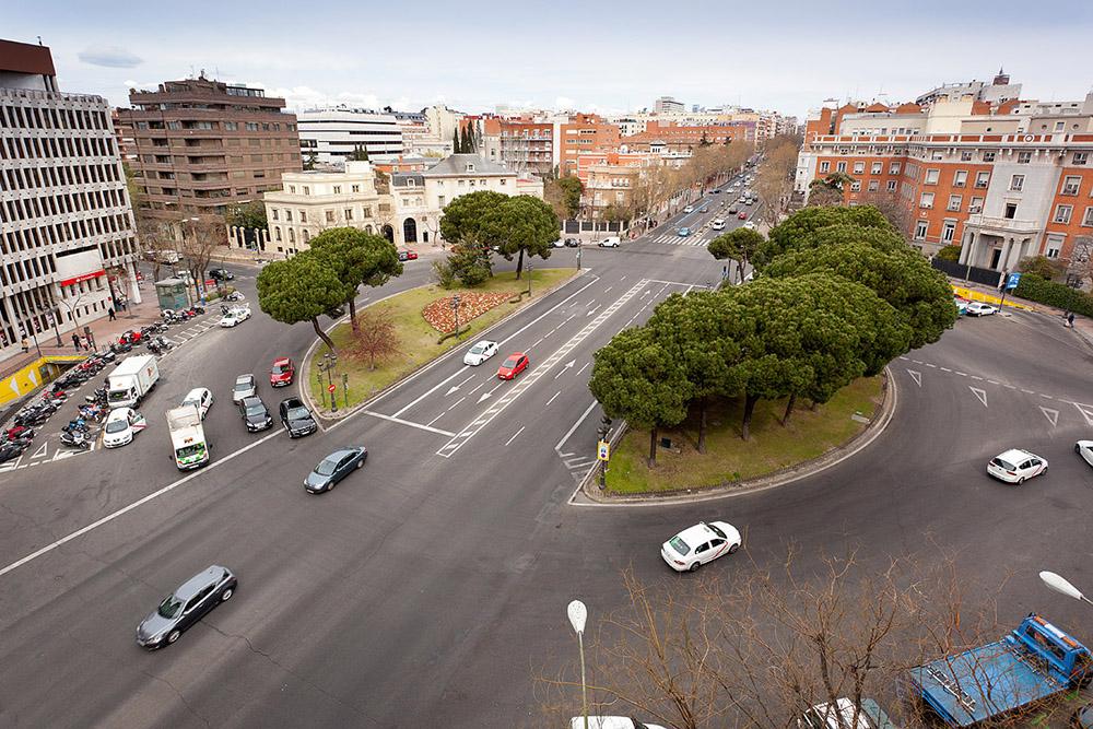 Figura 15. La calle Príncipe de Vergara y la plaza de Marqués de Salamanca antes y después, según la propuesta del Plan Director para la Recuperación de bulevares