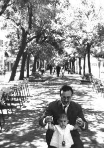 """Figura 4. El bulevar de Velázquez en un día soleado de 1965, en el artículo de José Martínez-Sarandeses y Andrés Martínez, """"Los bulevares históricos de Madrid"""" publicado en la Revista el Mustio Verde en 2002."""