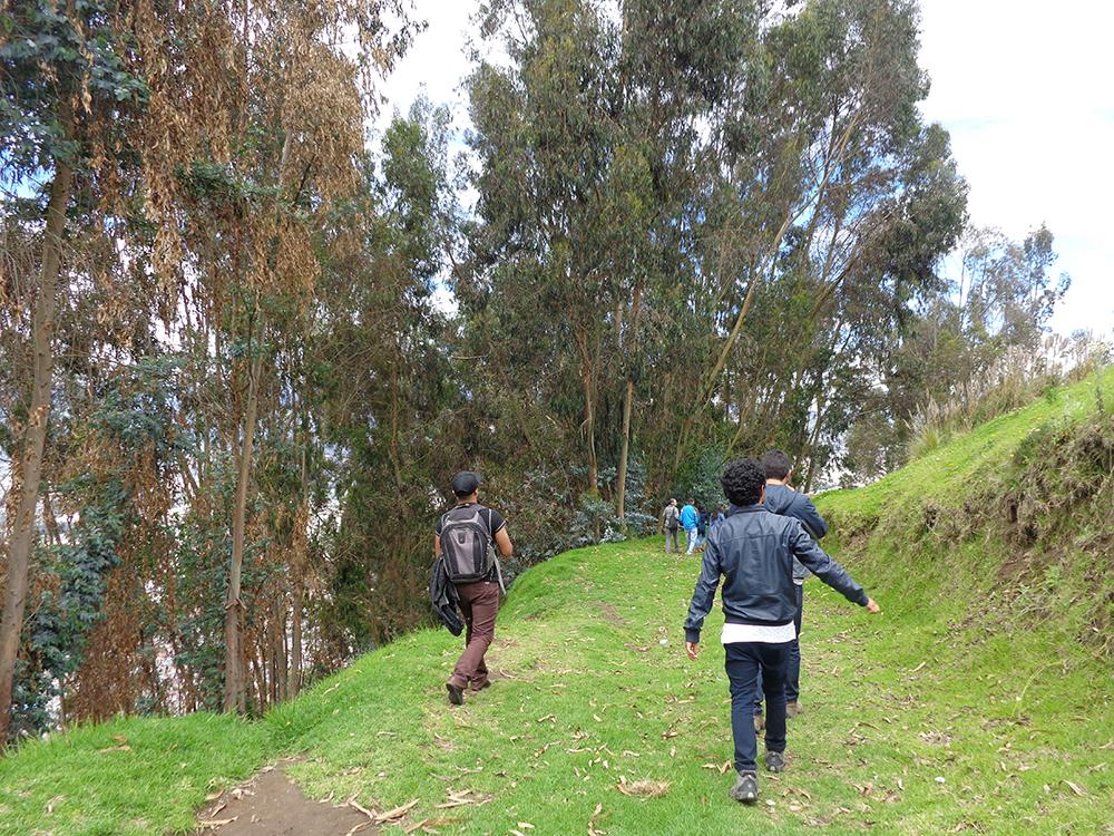 Figuras 24 y 25. A la izquierda, camino de aproximación al Balconcito de Ambato. A la derecha, esquema de sección del Balconcito de Ambato. Variedad de experiencias.