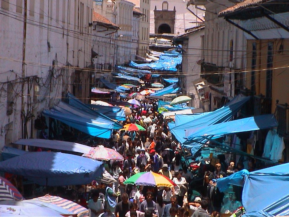 Figure 4: Fotografía del mercado de la Ipiales, antes de la intervención y plano del asentamiento informal de alrededor de 85 asociaciones de comerciantes en el CHQ – Año 2000. Archivo Municipio del Distrito Metropolitano de Quito, 2000.