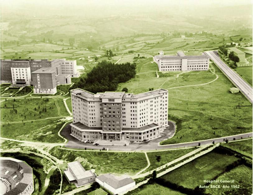 Figura 9. Retoque fotográfico de la fotografía histórica de 1962 de la construcción del Hospital Central de Asturias en terrenos rurales del entorno de Oviedo (izq) Figura 10. Diagrama de la espacios verdes estructurantes: La Campa central como elemento vertebrador (der)