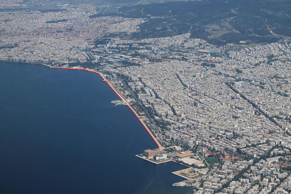 Figura 1. Foto aérea de Thessaloniki. El área de intervención se señala en rojo. Foto de Prodromos Nikiforidis.