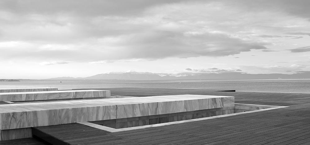 Figura 24. Detalle de los estanques de agua de mármol, en la plataforma de madera. Foto de Prodromos Nikofiridis.