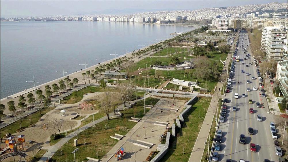 Figuras 28 y 29. A la izquierda, vista aérea del jardín de Odysseas Fokas. Foto de Aris Evdos. A la derecha, vista interior del jardín. Foto de Prodromos Nikofiridis.