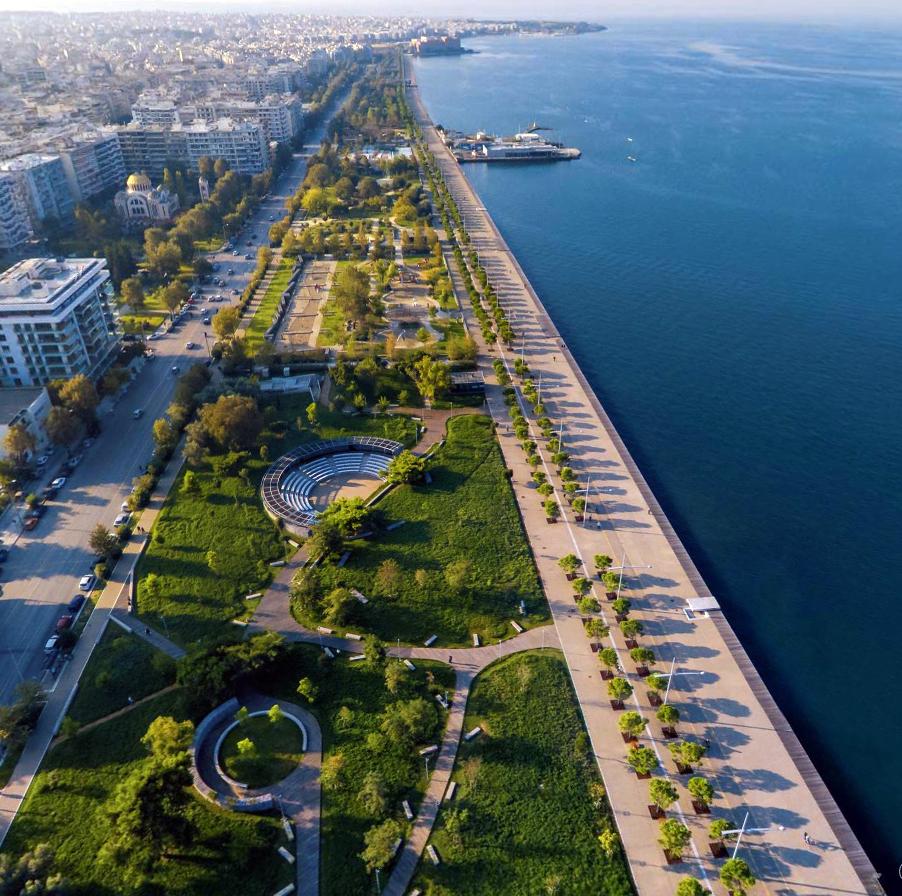 Figura 60. Foto aérea del Jardín de las Estaciones y del resto de la remodelación, mirando hacia la Sala de Conciertos en el fondo. Foto de Ioannis Triantafillidis.