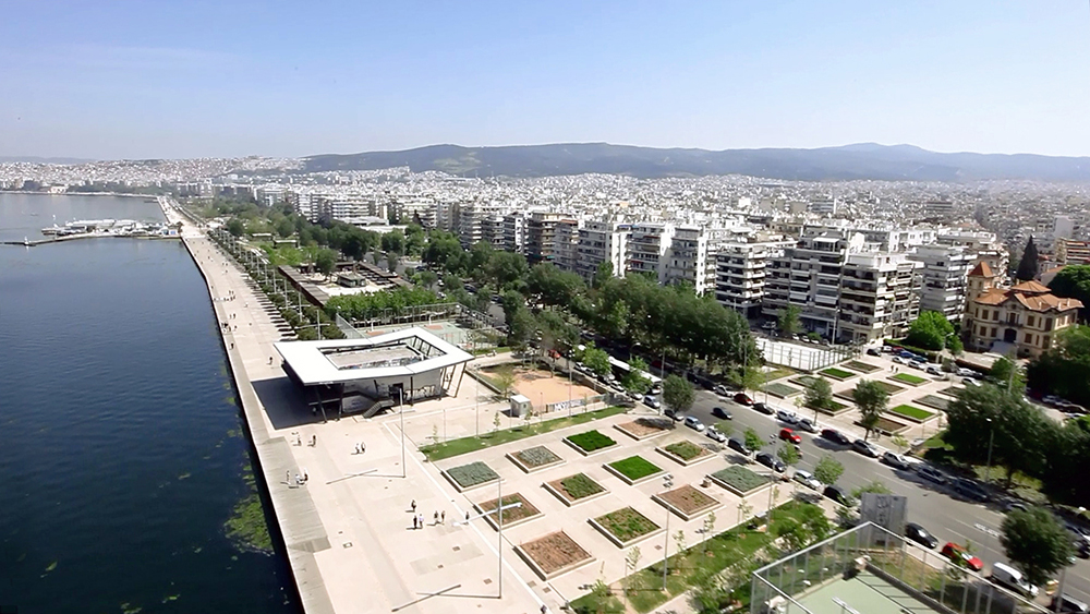 Figuras 44 y 45. A la izquierda, vista aérea del jardín de la Memoria. Foto de Aris Evdos. A la derecha, detalle del edificio del jardín. Foto de Erieta Attali.