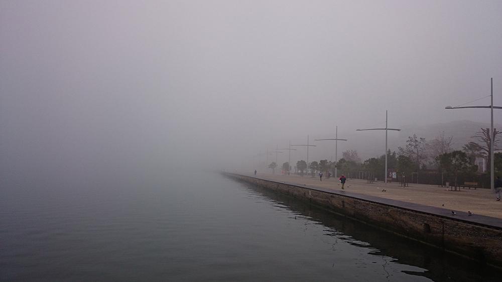 Figura 3. El paseo lineal sobre el rompeolas, entre la tierra, el mar y la niebla. Foto de Prodromos Nikiforidis.