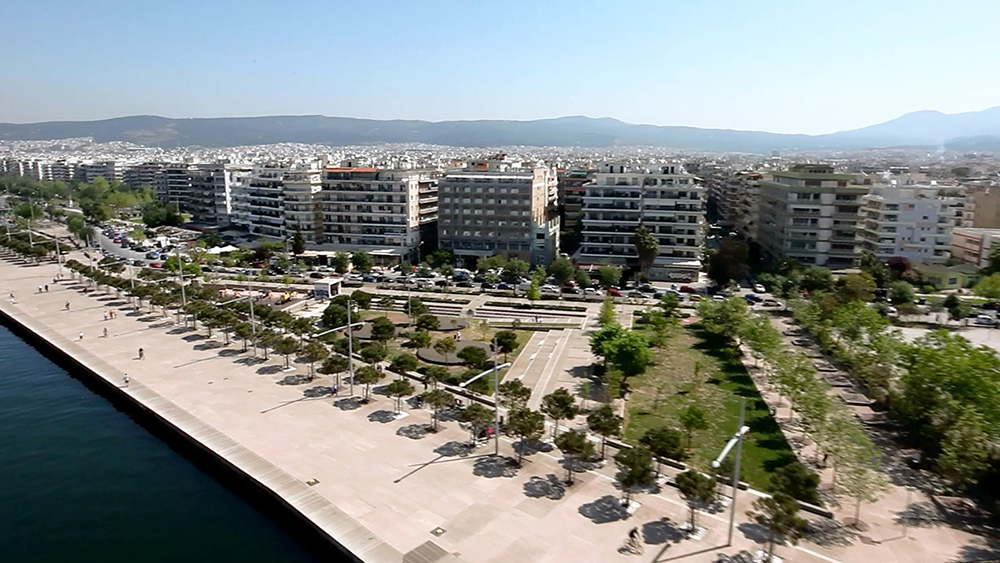 Figuras 51 y 52. A la izquierda, vista aérea del jardín de la Música, foto de Aris Evdos. A la derecha, vista del jardín. Foto de Prodromos Nikoforidis.