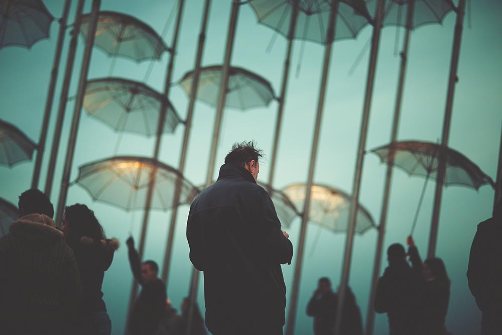 Figuras 57 y 58. A la izquierda, gente bajo las sombrillas de la escultura de George Zongolopoulos, foto de Yeorgios Karakostas. A la derecha, el nuevo frente marítimo está abierto… ¡hurra! Foto de Theodoros Dimoshakis.