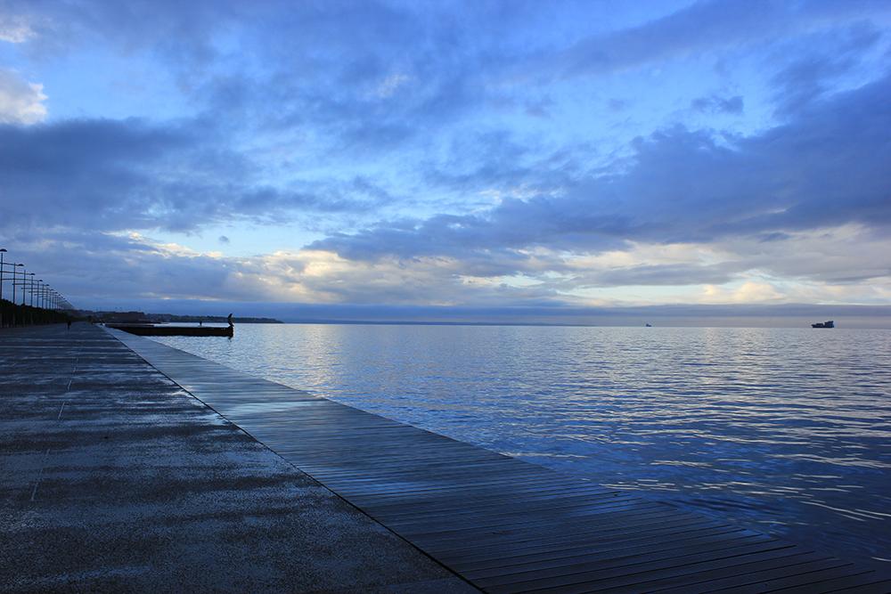 Figura 6. El paseo lineal en el límite entre tierra y agua. Foto de Prodromos Nikiforidis.