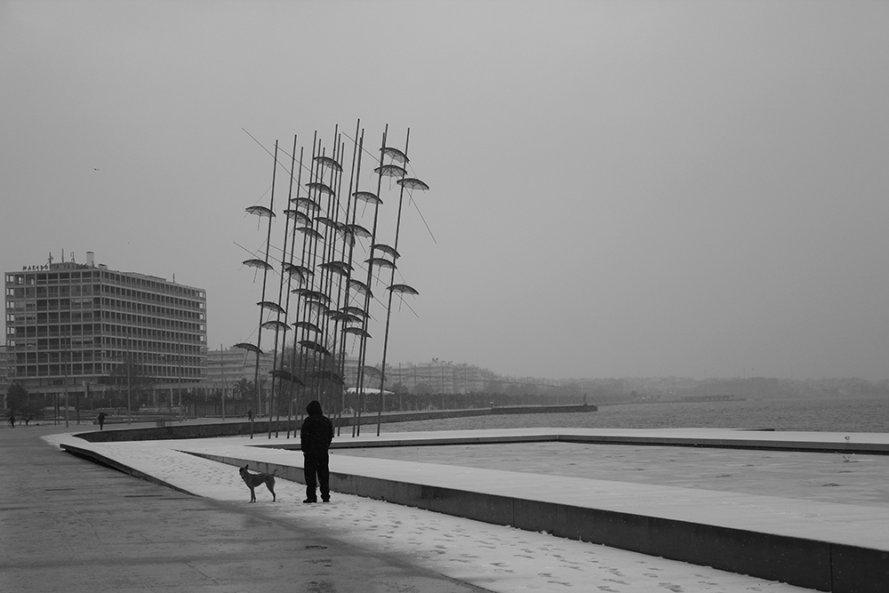 Figuras 7, 8 y 9. Arriba izquierda, el paseo sobre el rompeolas en un día de invierno. Foto de Prodromos Nikiforidis. Arriba derecha, caminando sobre el rompeolas. Foto de Aggeliki Sapika. Abajo, el rompeolas durante una mañana de niebla. Foto de Baltzis.