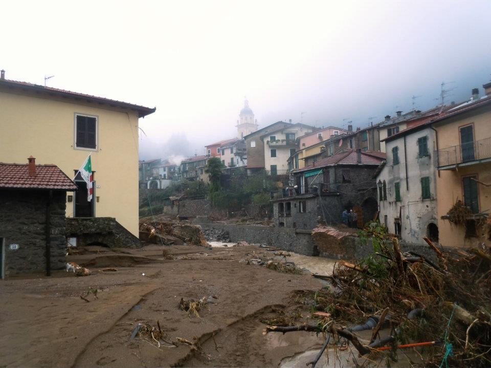 Figura 1. Fotografía de la entrada del centro histórico tras la inundación de 2011. Figura 2. Fotografía de las cubiertas del pueblo tras la inundación de 2011.