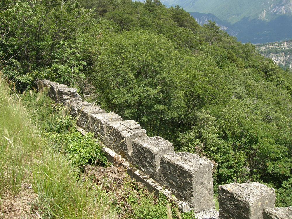 """Figuras 10 y 11. Trinchera """"della salina"""", sobre el Monte Corno di Nago, antes (izquierda) y después (derecha) de la intervención de limpieza."""