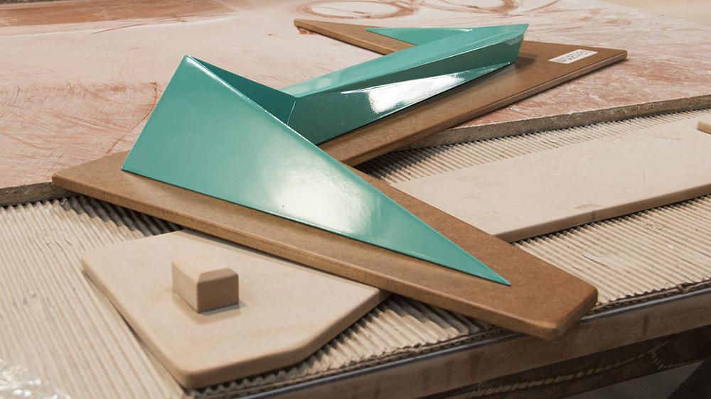 Figuras 15 y 16. A la izquierda, estructuras interpretativas – maqueta. A la derecha, ejecución de la estructura prefabricada.