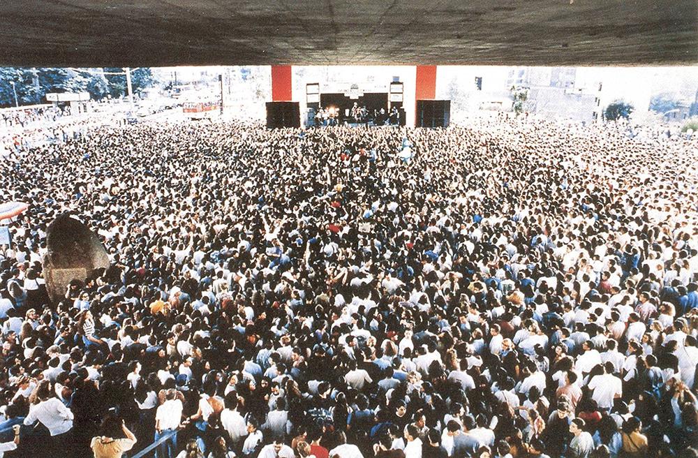 Figura 2: Daniela Mercury, Concierto bajo el Masp, São Paulo, 1992 | Ciudadanos toman sol en la plaza Sergel, Estocolmo, 2010 | Plaza Pompidou, 2000 | High Line,  2008