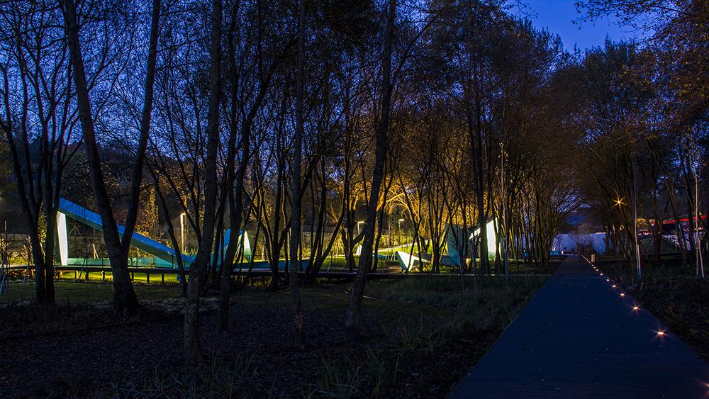 Figura 25. Vista nocturna desde el recorrido principal