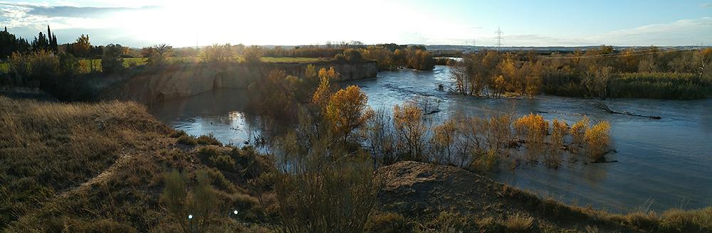 Figura 3. El río Gállego en crecida a su paso por el paraje de la Peña del Cuervo. (Fuente: Atalaya)