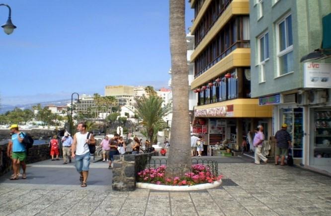 Figuras 5 y 6. Paseo de San Telmo antes y después de la renovación (Puerto de la Cruz, Tenerife). Ejemplo de renovación de espacio público. Fuente: Diario de Tenerife.