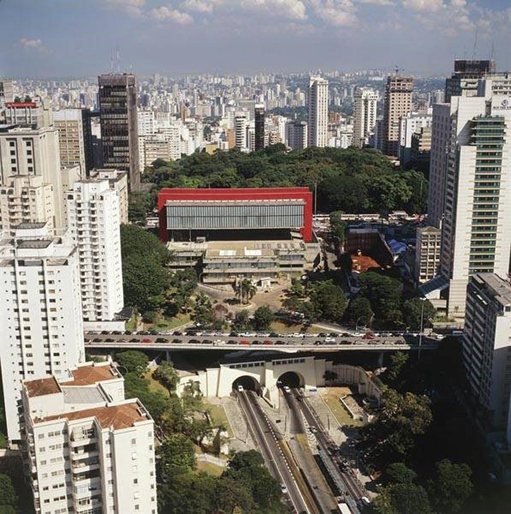 Figura 7: Masp desde la avenida 9 de julio (al fondo el Parque Tenente Siqueira Campos, frente a la avenida Paulista). El Masp está situado sobre el mirador Trianon.