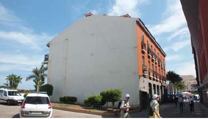 Figuras 7 y 8. Ejemplo de mejora del entorno urbano mediante intervenciones artísticas en medianeras (Puerto de la Cruz, Tenerife). Fuente: Consorcio Urbanístico para la Rehabilitación de Puerto de la Cruz.